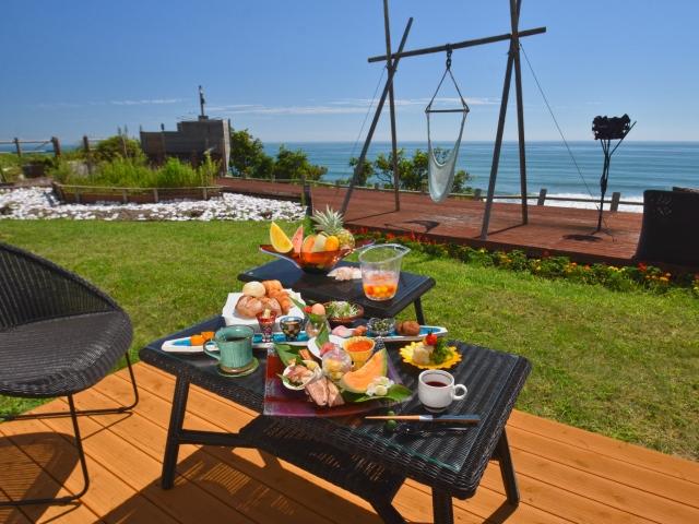 お天気のいい朝は海辺のテラスで朝食を